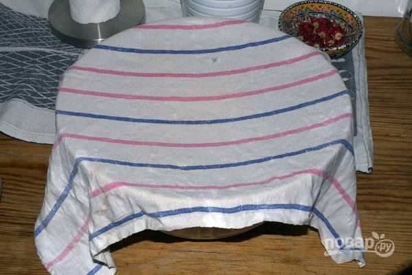 6. Накройте тесто чистым полотенцем и оставьте в тепле подходить примерно часик. После обомните его и пусть подойдет еще раз.