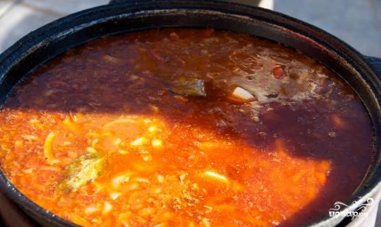 Если нужно добавить воды и варить всё ещё в течении 25-30 минут, до готовности картофеля.