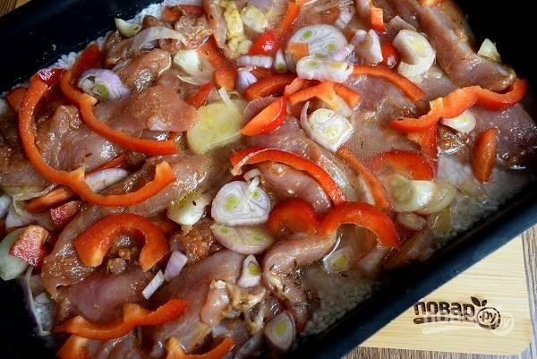 Выложите сверху замаринованное мясо с овощами, не перемешивайте.