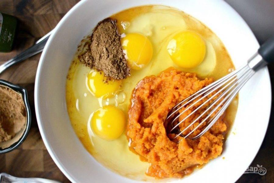 1. Для начала сделайте смесь из тыквенного пюре, яиц, специй и ванильного экстракта.
