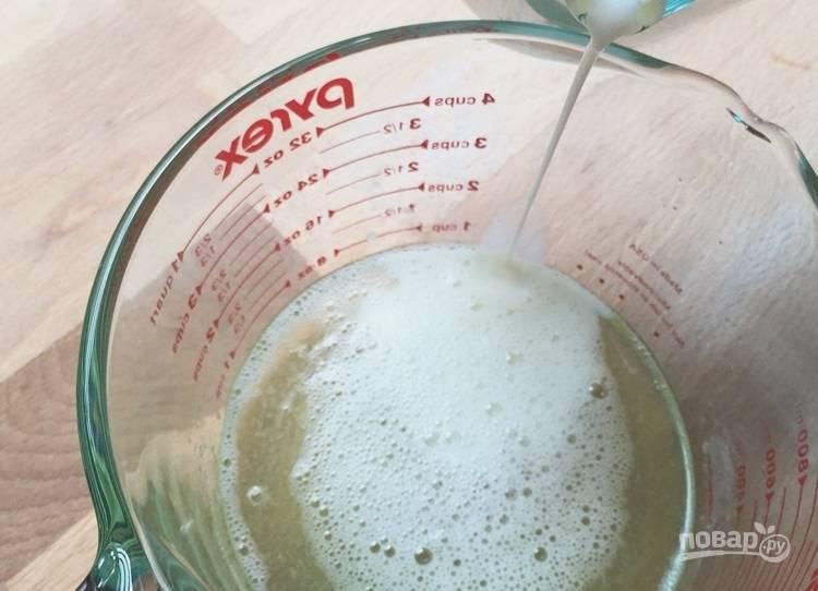 7.Тонкой струйкой влейте в чашу молоко.