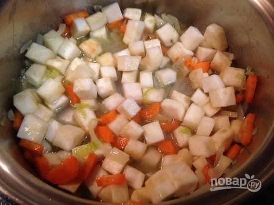 3. Добавим примерно пол стакана воды или бульона и готовим на небольшом огне под крышкой до мягкости овощей.