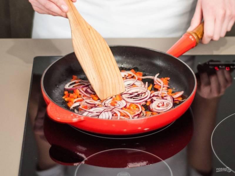 Обжарьте лук в течение 1-2 минут на медленном огне, затем добавьте перец и еще готовьте 3 минуты.