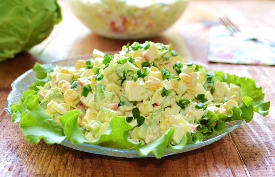 Еще раз аккуратно перемешайте крабовый салат с капустой и огурцом и подавайте к столу. Приятного аппетита!
