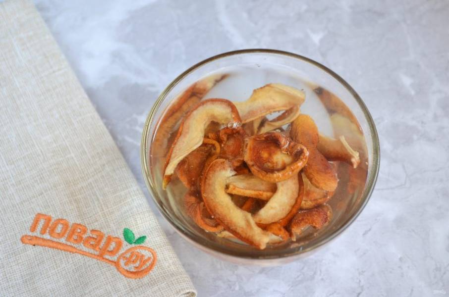 2. Если используете сухофрукты, то залейте их кипятком на пару минут. У меня груши и абрикосы сушеные. Если финики, то удалите косточки, на весь салат понадобится 8-10 фиников. Оба варианта для салата отлично подходят.