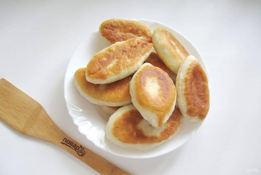 Обжарьте пирожки с обеих сторон до золотистого цвета.