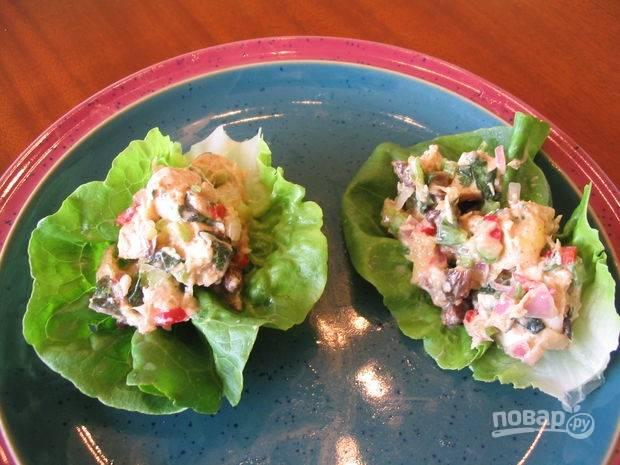 7.В ступке смешиваю специи и соль, добавляю рисовый уксус, заправляю салат и  перемешиваю. Подаю блюдо в салатных листьях, приятного аппетита!