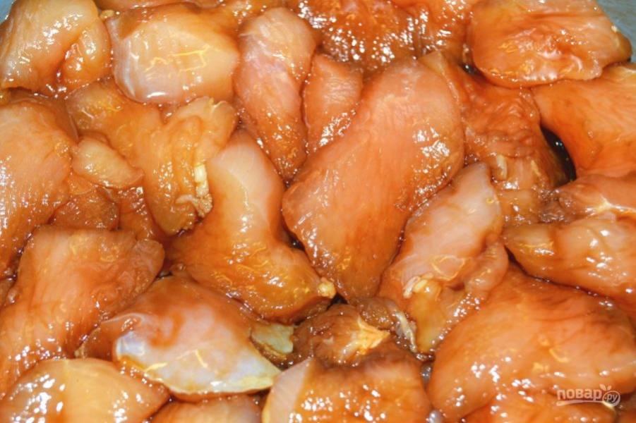 4.Спустя необходимое время шумовкой достаньте мясо и выложите его на салфетку, немного промокните мясо.