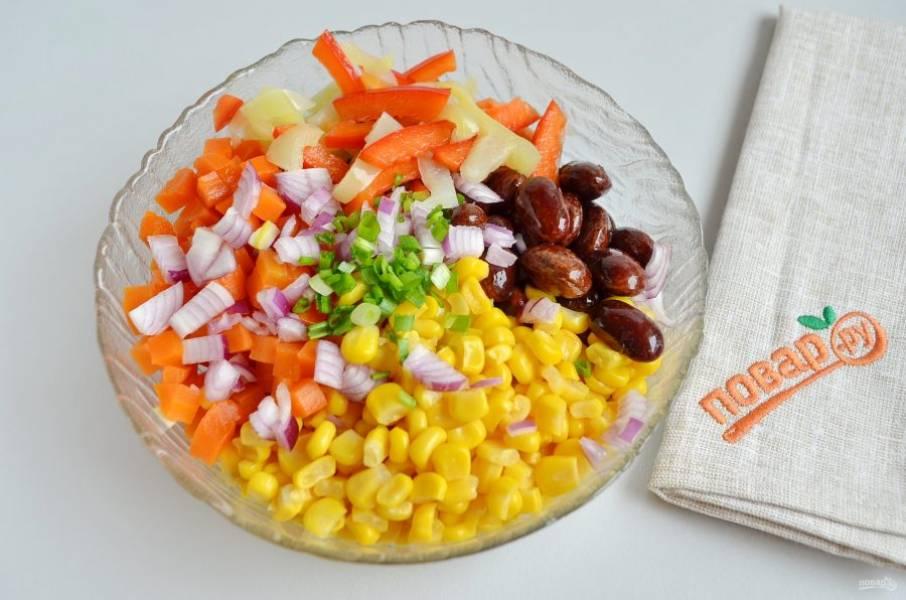 3. Соедините все ингредиенты салата: фасоль, кукурузу, морковь, лук, маринованный перец, зелень, соль и другие специи по желанию.