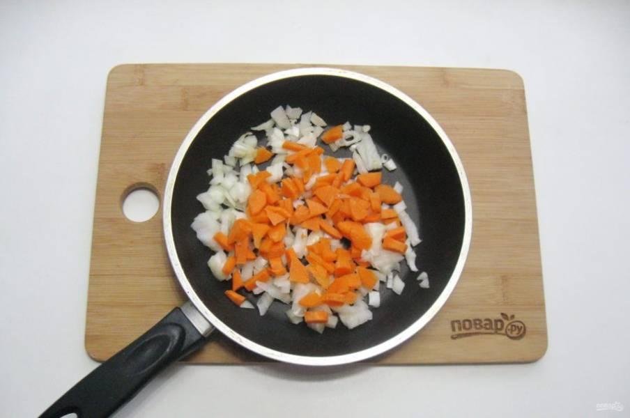 Морковь очистите, помойте и мелко нарежьте. Добавьте к луку. Слегка припустите на небольшом огне в течение 7-8 минут.