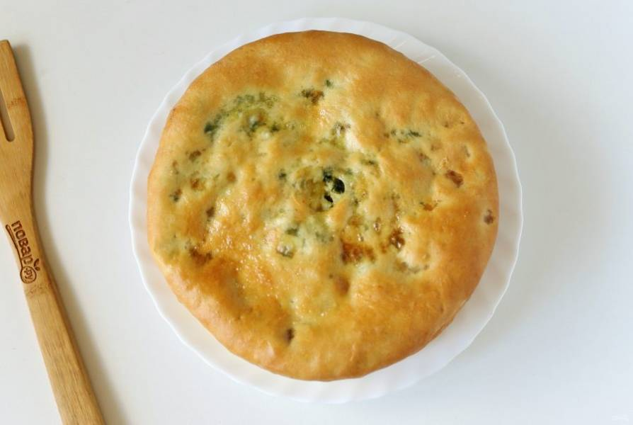 Достаньте пирог, смажьте обильно сливочным маслом и накройте чистым полотенцем. Следующий пирог выложите на предыдущий и смажьте маслом.