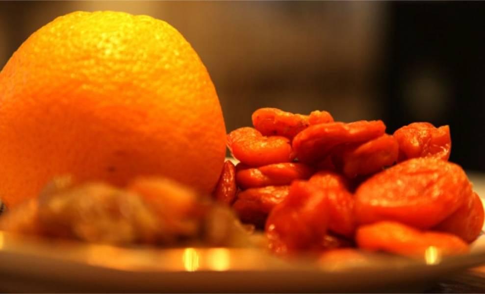 2. Апельсин и сухофрукты вымыть.