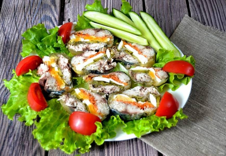 """Подавайте """"скумбрию по-царски"""" на салатных листьях или на хлебе, украсив зеленью и овощами."""