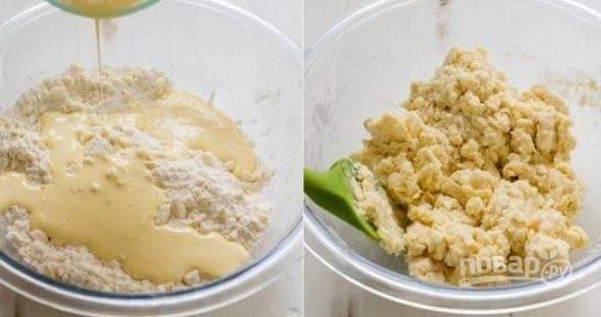 2. В отдельной емкости взбейте яйцо и сливки с помощью миксера. Добавьте полученную массу к муке и замесите тесто.