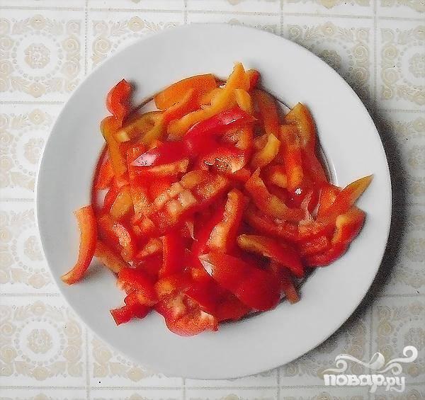 2.Разрезаем на четыре части гогошары или сладкий перец, (они должны быть обязательно красного цвета). Перегородки и семена удаляем, и нарезаем тоненькой короткой соломкой.