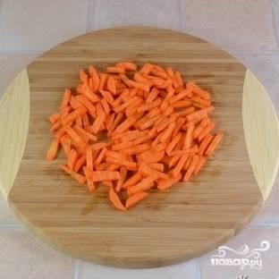 Морковь натереть на на крупной терке, либо нарезать на мелкие брусочки.