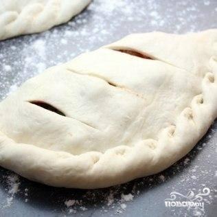 Кладем закрытые пиццы на смазанный маслом противень, сверху делаем пару-тройку надрезов (это делается для того, чтобы ненужная жидкость выкипала), сверху сбрызгиваем маслом - и выпекаем до готовности (около 20 минут при температуре 180 градусов).