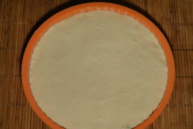 Залейте тестом. Отправьте в разогретую до 180 градусов духовку на полчаса. В конце можете посыпать кунжутом.