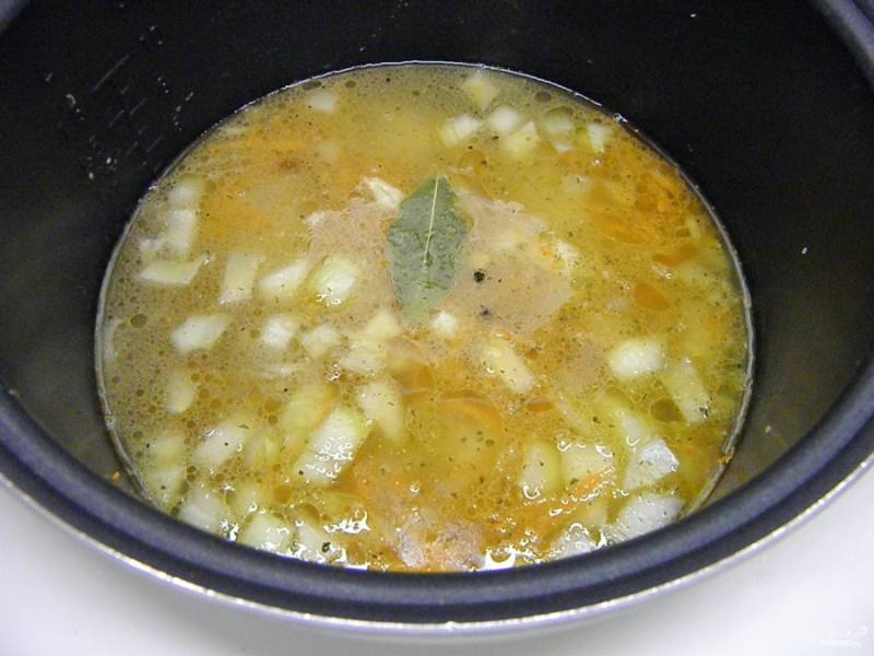 """Залейте кипятком курицу с овощами и выберите режим """"суп"""", время - 35-40 минут."""