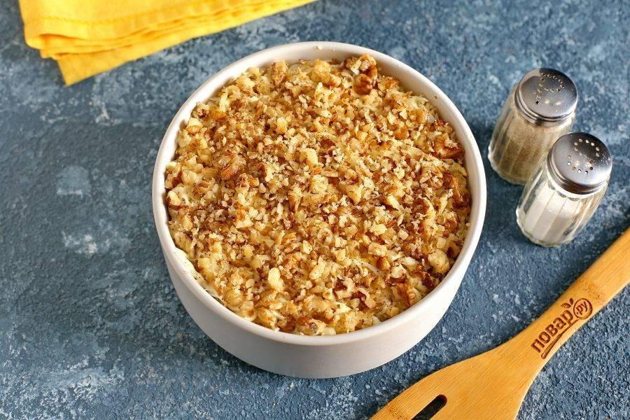 Сделайте сверху сеточку из майонеза и посыпьте салат измельченными грецкими орехами. Готовому салату с морковью и курицей дайте пропитаться пару часов и подавайте к столу.