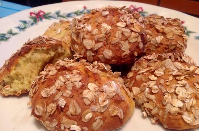 Готовые булочки на кефире можно посыпать сахарной пудрой или овсяными хлопьями. Приятного аппетита!