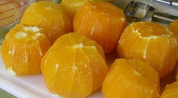 3. Апельсины нужно аккуратно разделить на дольки и удалить все пленки, которые могут придать мармеладу горечь.