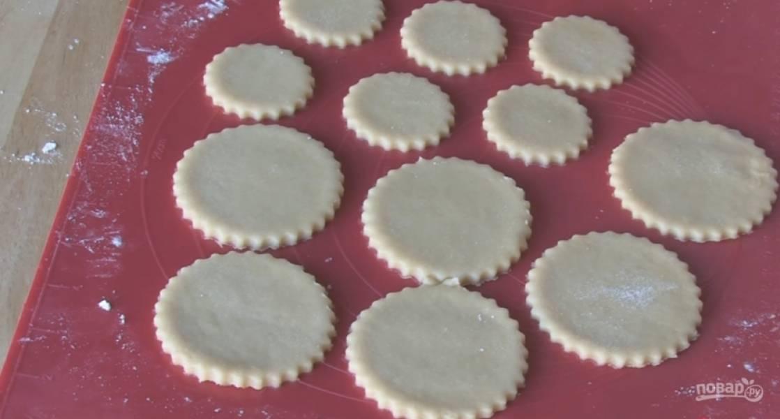 3.Раскатайте тесто в пласт и вырежьте кружочки.