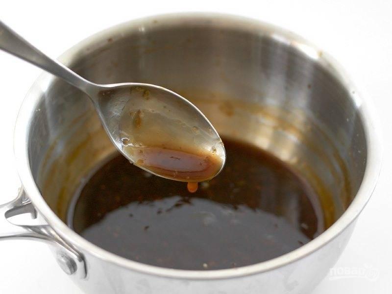 2.Помойте и натрите имбирь, почистите и измельчите чеснок. Смешайте в кастрюле апельсиновый сок, 1 чайную ложку цедры апельсина, имбирь, чеснок, рисовый уксус, хлопья красного перца, коричневый сахар, соевый соус, ½ столовой ложки кукурузного крахмала. Поставьте кастрюлю на огонь и доведите до кипения, варите на среднем или минимальном огне 3-5 минут пока соус не станет густым, затем выключите огонь.