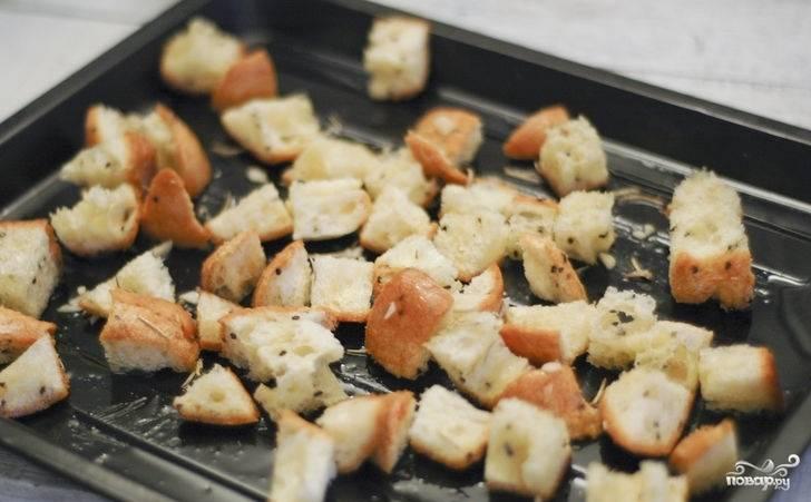 4. Пока варим суп, нарезаем белый хлеб кусочками небольшого размера, отправляем их в разогретую духовку. Можно предварительно добавить к гренкам специи.