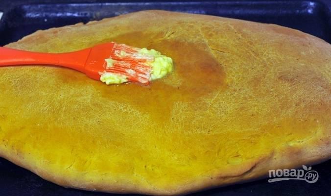 9. Запекайте пирог на кефире с капустой в домашних условиях до румяности. После достаньте из духовки и горячий пирог смажьте сливочным маслом. Остудите немного — и можно подавать к столу.  Приятного аппетита!