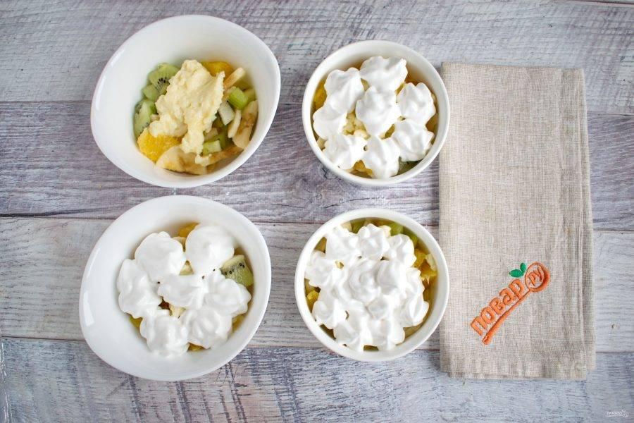 Поверх фруктов разложите заварной крем. Отсадите белковый крем с помощью кондитерского мешка или ложкой.