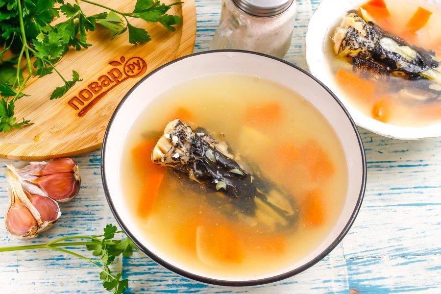 Аккуратно залейте в тарелки рыбный бульон и поместите емкости на холод примерно на 2-3 часа для застывания.