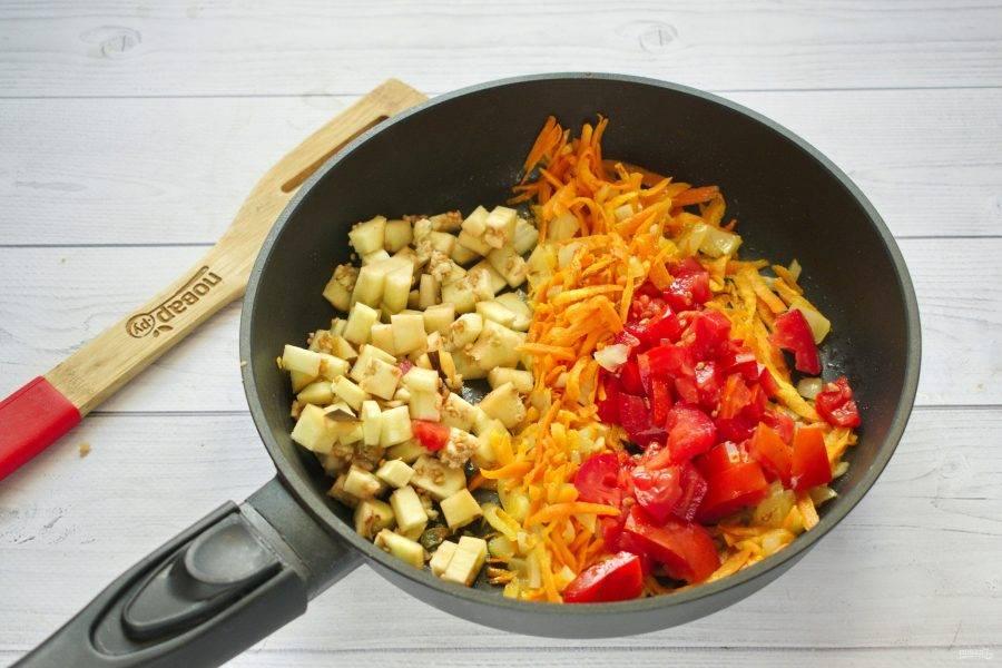 Добавьте баклажаны и помидоры, нарезанные кубиками, готовьте в течение 2-3 минут.