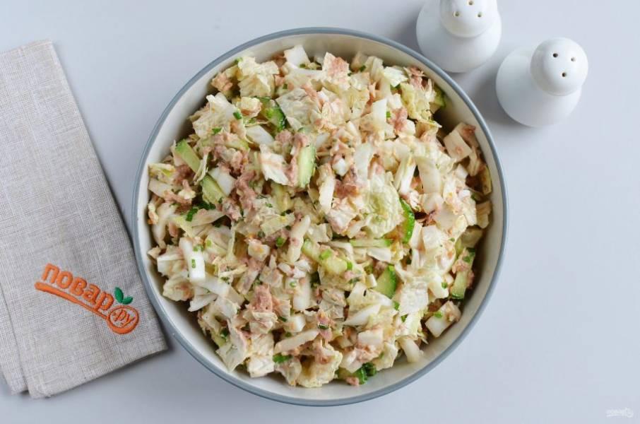 Перемешайте салат, заправьте горчицей, лимонным соком и маслом.