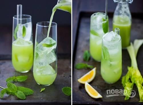 4. Соедините сок сельдерея и мяту, процедите и добавьте воду. Тщательно перемешайте и разлейте по стаканам. Добавьте по вкусу лед. Приятного аппетита!