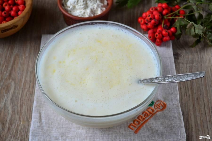 На водяной бане растопите маргарин, влейте полученную жидкость к тесту. Снова хорошо перемешайте все.