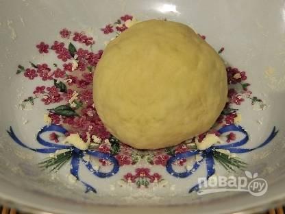 Готовое тесто перекладываем в миску, накрываем пленкой и забываем о нем на 10-15 минут.