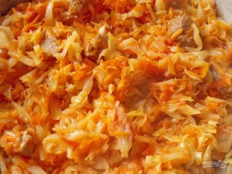 7.Добавьте томатную пасту, размешайте и накройте крышкой, готовьте 15-20 минут.