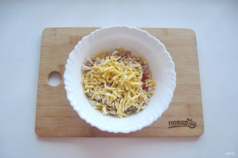 Твердый сыр натрите на терке, чеснок пропустите через пресс или мелко нарежьте. Добавьте ингредиенты в салат.