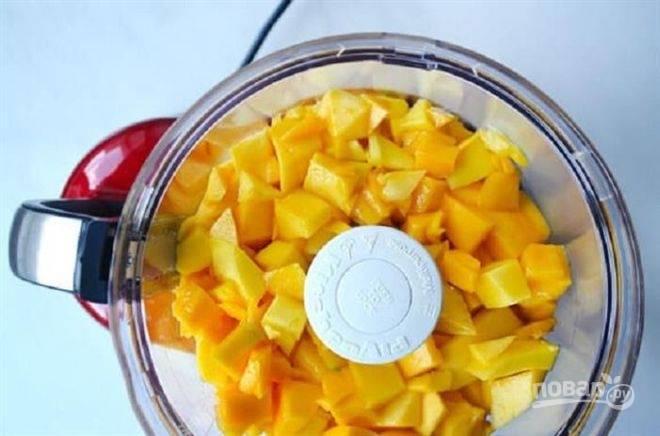 1. Очистите манго, нарежьте кубиками и отправьте в чашу блендера. Измельчите в однородное пюре.