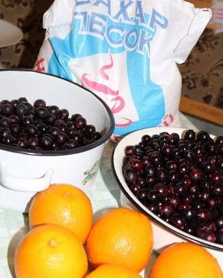 1. Крыжовник моем, очищаем от мелкого мусора, и аккуратно ножницами, пинцетом или ложечкой вынимаем из каждой ягоды серединку с семечками.