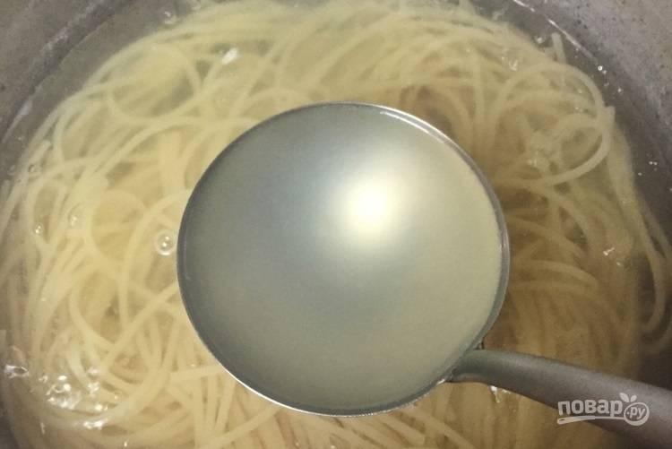 9.Не забудьте в это время о спагетти, варите их, помешивая. Зачерпните половником воду.