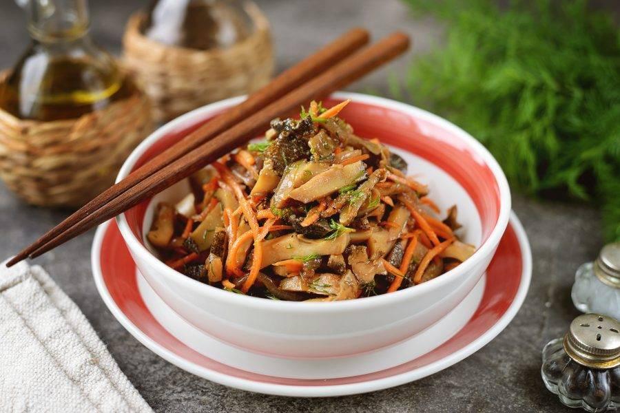 Переложите готовые рапаны по-корейски в удобную пиалу, полейте остатками маринада и подавайте к столу.