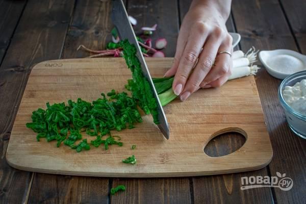 3.Пучок зеленого лука мою и вытираю от воды, затем нарезаю мелко.