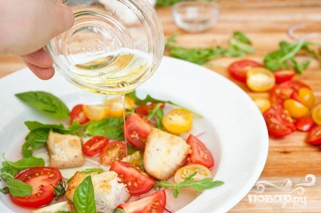 6. В неглубокой чаше смешать ½ стакана томатного соуса с нарезанными помидорами, оставшимся луком, рукколой и ½ чашкой листьев  базилика. Полить салат оливковым маслом и добавить несколько запеченных сухариков непосредственно перед подачей на стол.