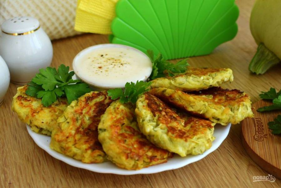 Подавайте оладьи со сметаной или майонезом. Приятного аппетита!