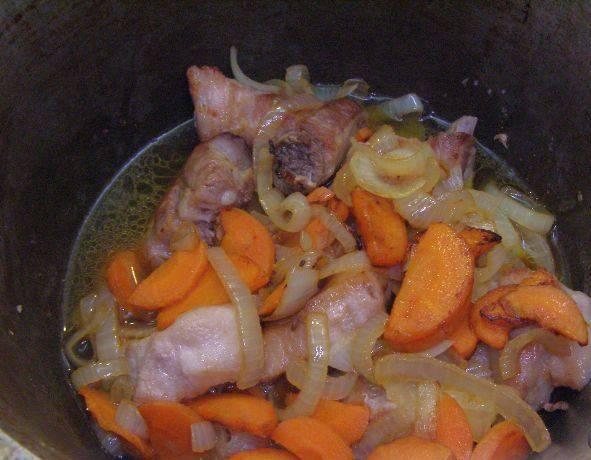 3. Теперь помещаем в казан или кастрюлю с толстыми стенками мясо, и обжаренные овощи.  Добавим чуть воды, и тушим на маленьком огне.
