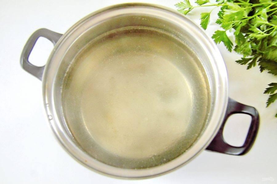 Налейте в кастрюлю воду, добавьте курицу и соль по вкусу. Варите курицу после закипания около 30 минут. После чего готовое мясо выньте, бульон процедите и верните обратно в кастрюлю.
