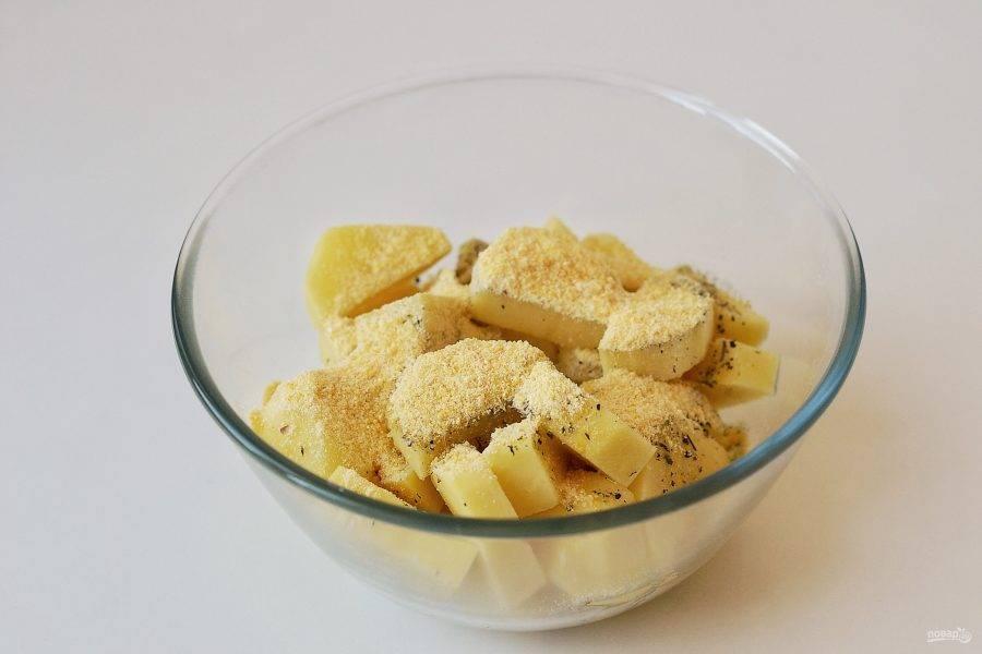В большой миске соедините специи, соль и кукурузную муку. Влейте масло. Добавьте картофель, хорошенько перемешайте.