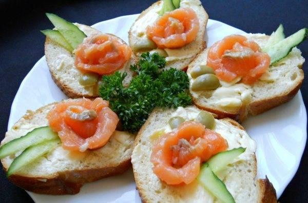 Украшаем бутерброды тонко порезанными огурчиками и петрушкой. Приятного аппетита!